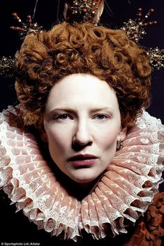 Retrato da Rainha Isabel em filme representada pela atriz Cate Blanchett. Gola rufos ou isabelina usadas na idade moderna