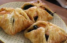 Recept voor Zalmpasteitjes - Koopmans.com Snack Recipes, Snacks, Spanakopita, Tapas, Cabbage, Chips, Appetizers, Yummy Food, Vegetables