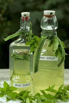 Selbstgemachter Minz-Sirup ♥ Homemade mint syrup Rezept – recipe Selbstgemachter Minz-Sirup ♥ Homemade mint syrup Rezept – recipe – Cocktails and Pretty Drinks Summer Drinks, Cocktail Drinks, Fun Drinks, Beverages, Mint Syrup Recipe, Grilled Desserts, Smoothie Drinks, Smoothies, Diy Food