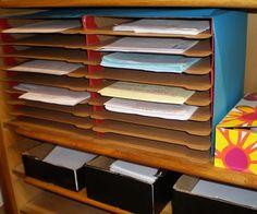 Je voulais cette année avoir une boite aux lettre pour mes élèves. Un endroit où seraient stockés des documents avant rangement. N'ayant pas les finances pour en acheter de tout prêts, j'ai...