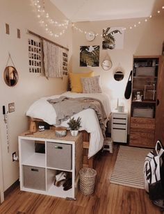 Need some dorm inspiration for next semester? Well, you'll absolutely LOVE these dorm room ideas for girls! These dorm ideas are perfect for any girly girl who wants her college dorm room to feel like home. Cute Dorm Rooms, College Dorm Rooms, Cozy Dorm Room, Girl Dorm Rooms, Dorm Room Bedding, Dorm Room Beds, Ucf Dorm, College Dorm Decorations, Diy Dorm Decor