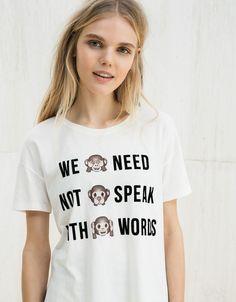 Camiseta BSK estampado emoticonos. Descubre ésta y muchas otras prendas en Bershka con nuevos productos cada semana