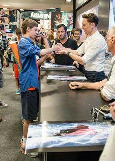 Tom Hiddleston @ SDCC 2013. Omgosh! Thumb wars! XD