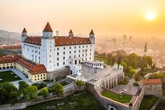 Bratislava Castle is the main castle of Bratislava, the capital of Slovakia. The massive rectangular building with four corner towers stands on an isolated rocky hill of the Little Carpathians directly above the Danube river in the middle of Bratislava. Places To Travel, Travel Destinations, Places To Visit, Travel Europe, Holiday Destinations, Bósnia E Herzegovina, Wachau Valley, Europe Centrale, Bratislava Slovakia