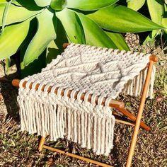 Beginner Macrame Projects Besides Wall Hanging Makramee Stuhl ist moderne Anfänger Makramee-Projekte anders als Wandbehang. Sewing Hacks, Sewing Tutorials, Sewing Tips, Macrame Chairs, Macrame Wall Hanging Diy, Micro Macramé, Macrame Bag, Macrame Knots, Leftover Fabric