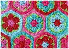 The perfect color combo for the African flower hexagon made by Petite Fée. So inspirational. Pattern here in Dutch http://karinaandehaak.blogspot.com/2010/03/patroon-afrikaans-bloem.html