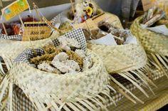 alem-de-decorar-a-mesa-os-chapeus-de-palha-serviram-de-pratinhos-para-doces-tipicos-juninos-como-pacoca-doce-de-abobora-e-doce-de-leite-wwwdiasdemamiscombr-1370374772986_754x500