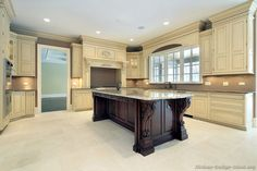 Traditional Two-Tone Kitchen Cabinets #02 (Kitchen-Design-Ideas.org)
