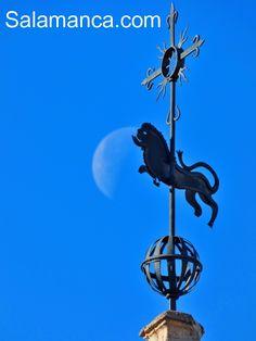 El león de la Iglesia de San Marcos mirando una pequeña luna de marzo.