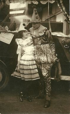 Vintage image of circus clowns with Pierrot hats Carnaval Vintage, Cirque Vintage, Vintage Circus Photos, Vintage Clown, Vintage Carnival, Vintage Pictures, Vintage Photographs, Vintage Halloween, Vintage Images