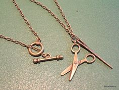 Colar em bronze, com pingente de tesoura. R$15,00
