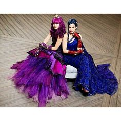 Dove Cameron and Sofia Carson - Space Between (Lyrics) Dove Cameron Descendants, Descendants Wicked World, Evie Descendants, Disney Channel Movies, Disney Channel Descendants, Disney Movies, Descendants Characters, Disney Channel Stars, High School Musical