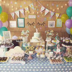 Hoje é dia de festa Sonhos pro primeiro aninho da Alice Yumi!!! ⭐️☁️  - bolo, cupcakes e biscoitos: Elaine Russo  - balões: Fly Balloon  - painel de madeira: @decorance_oficial - luminoso nuvem e Metoo dolls: @criativo_conceito   #pragentemiudacriacoes #festasonhos #festadreams #festainfantilpersonalizada #festametoodolls