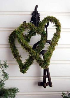mossy hearts -- got to make some Noel Christmas, Christmas Wreaths, Christmas Decorations, Holiday Decor, Moss Decor, Garden Arbor, Garden Bulbs, Valentine Heart, Valentines