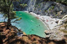 Plage de l'île Vierge, une magnifique crique bordée par des falaises et qui fait partie de la presqu'île de Crozon, à l'extrême ouest de la Bretagne. L'île Vierge forme elle-même une petite presqu'île, on y accède par un sentier côtier où l'on domine la mer et les vagues qui viennent s'écraser contre les rochers. Le paysage est en tout point renversant et rappelle les calanques de Cassis ou de Marseille !