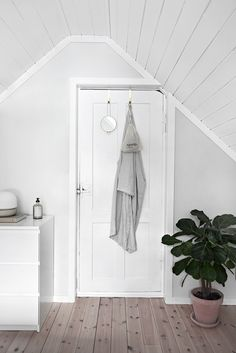 Norwegian country house bedroom and a tip for storage - Only Deco Love