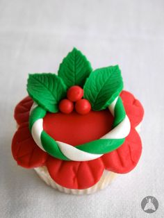 cupcake with red fondant icing shaped like flower, decorated with white and green fondant wreath with holly Christmas Cupcake Toppers, Christmas Cupcakes Decoration, Christmas Sweets, Noel Christmas, Christmas Baking, Wedding Cakes With Cupcakes, Fondant Cupcakes, Fun Cupcakes, Cupcake Cakes