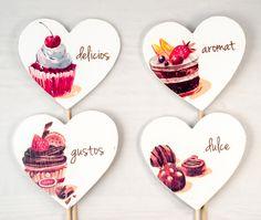 Plăcuțele decorative cu mesaje pot acompania cu succes un candy bar delicios.