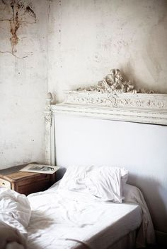 Extreme shabby French- the bed doesn't even fit the size of the headboard. But, it does allow for a nightstand to fit on the right side. Deco Ethnic Chic, Home Bedroom, Bedroom Decor, Serene Bedroom, Headboard Decor, White Headboard, Master Bedrooms, Headboards, Interior And Exterior
