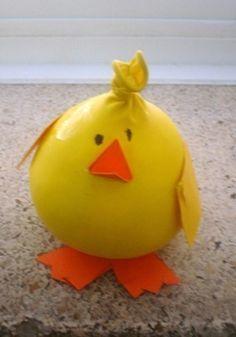 Este pollito tan gracioso es muy sencillo de hacer, tan solo necesitaremos un globo amarillo, arena y un poco de cartulina naranja. Tambi...
