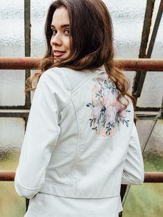 """Flower-Power für die Braut! Unsere einzigartige STELLEENA-Lederjacke mit ihrem floralem """"Braut""""-Print auf dem Rücken verleiht deinem Outfit sowohl einen Touch """"Boho"""" als auch eine Portion """"Rock&Roll"""".  Foto: Tuba Eren, Model: Sara M. (c/o Talents Models München), H&M: Suzan Wusa, Styling: Jennifer Mathauser, Location: Alte Gärtnerei Taufkirchen Models, Boho, Chef Jackets, Outfit, Bomber Jacket, Casual, Location, Flower Power, Fashion"""
