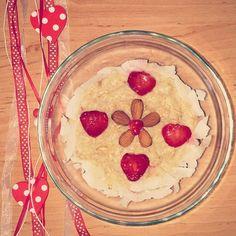 "Oatmeal with vanilla protein powder, banana mash, cinamon, almond, coconut and strawberry ""hearts"""