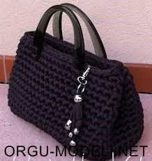 Bolso trapillo Mehr picture only Crochet bag from nylon thread Like the bag shape; idea for handles inspirasi utk tassel realy cute, easy look project / DIY Love this black bag! HAPPY påske til alle ! Uncinetto Shared by Career Path Design Simple but ch Crochet Diy, Crochet Tote, Crochet Handbags, Crochet Purses, Love Crochet, Crochet Crafts, Crochet Stitches, Crochet Patterns, Diy Crafts