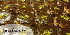 De vrais petits bijoux, des bredele au chocolat et praliné.  Le praliné ravira tous les gourmands.  Les éclats de pistache leur donnent une délicieuse couleur qui fera le meilleur effet dans un assortiment de biscuits.  Merci à Marie-Thérèse pour sa recette.