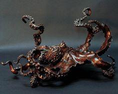 Maître sculpteur en bronze, Kirk McGuire s'inspire de la nature et des fonds marins, pour réaliser des formes toujours plus audacieuses, où l'équilibre et l'harmonie répondent au mouvement et au rythme.