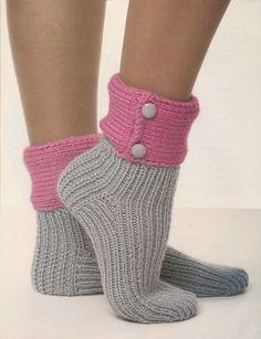 Ces chaussettes tricotées à la main avec un revers original, vous tiendront les pieds bien au chaud durant les périodes de frimas. Cette... Knit Slippers Free Pattern, Knitted Slippers, Slipper Socks, Chunky Crochet, Crochet Baby, Knit Crochet, Socks And Heels, Stocking Tights, Crochet Shoes