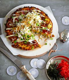 Okonomiyaki+with+shredded+cabbage,+daikon+and+fried+noodles