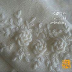 흰 리넨에 흰 모사로 수놓은 장미 #소금빛자수 #장미자수 #모사자수실 #embroidery