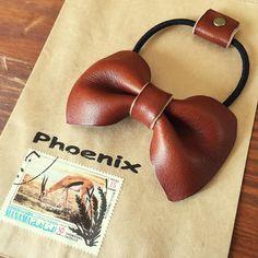 リボンのヘアゴム 作りました◡̈♥︎ * * #革#革小物#革細工#ソフトヌメ#レザー#レザークラフト#ハンドメイド#アクセサリー#リボン#ヘアゴム#leather#leathercraft#handmade#accessory#bow#hana#カッコイイ袋#いつもありがと