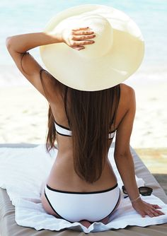 Beach Outfits: Black and white will never go out of fashion. If you are in doubt this is always a good choice. To add something extra bring a wide brim sun hat with you. Via Lydia Lise Millen