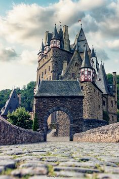 Eltz Castle by Manjik Pictures / 500px Turkey Country, Pictures Of People, Tower Bridge, Brooklyn Bridge, Barcelona Cathedral, Cool Photos, Explore, Gallery, Travel