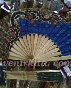 Souvenir pernikahan Kipas Batik Besar. Nuansa batik dari kipas ini memberi kesan tradisional modern. Harga hanya Rp 2.700,- sudah termasuk gratis kemasan plastik, tali pita, cetak nama pada gagang dan kartu ucapan. Kipas ini sangat cocok buat souvenir pernikahan anda.