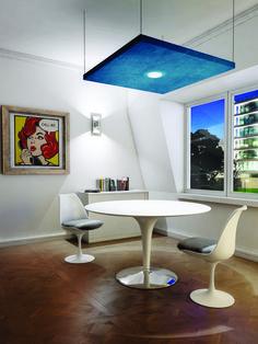 Une salle de réunion intimiste, agrémentée d'un panneau acoustique au plafond. By myO