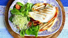 8 isoa tortillaa 1 dl punaista pestoa, salsaa tai tomaattikastiketta 16 ohutta siivua chorizomakkaraleikkelettä 200 g fetaa 100 g sulatettua pakastepinaattia, j