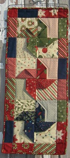 Ideas for sewing christmas table runner wall hangings Hanging Quilts, Quilted Wall Hangings, Christmas Runner, Noel Christmas, Table Runner And Placemats, Quilted Table Runners, Small Quilts, Mini Quilts, Pinwheel Quilt