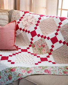 Create a Classic – 5 Easy Quilt Patterns Inspired by Classic Quilt Designs Easy Quilts, Small Quilts, Jellyroll Quilts, Quilting Projects, Quilting Designs, Quilting Ideas, Sewing Projects, Irish Chain Quilt, Layer Cake Quilts