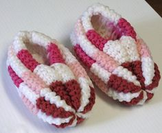 J'aime beaucoup ce modèle. C'est idéal pour utiliser les restes de laine. Voici ma version de ce modèle. Version imprimable Fournitures : Phentex de différentes couleurs : Blanc (A) - Rose (B) - Ro... Creative Knitting, Knitting For Kids, Knitting For Beginners, Knitting Socks, Baby Knitting, Knitting Needles, Soft Slippers, Kids Slippers, Knitted Slippers