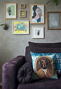 Na casa da gerente de produtos Vitoria Parasmo e do fotógrafo Ivan Pires, obras em pequenos formatos ficam na parede atrás do sofá, com almofada com estampa de cachorro. A designer de interiores Renata Parasmo auxiliou o casal