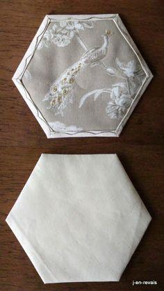blanc beequilt et vieilles dentelles - paon toile de Jouy rebrodée en or