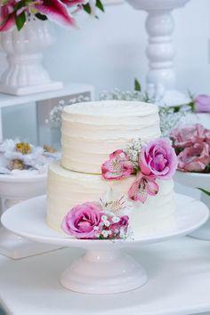 Bolo de casamento com buttercream rústico e decoração com flores naturais.