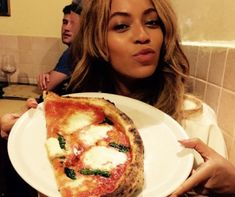 Beyonce, Jay Z, and Blue Ivy on Vacation in Italy - Carter Family Vacation Pictures Beyonce Family, Beyonce Show, Beyonce And Jay Z, Beyonce Style, Love Pizza, Eat Pizza, Sauce Tomate Pizza, Blue Ivy, Italy Vacation