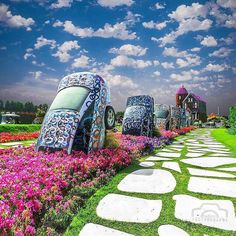 """Dubai Miracle Garden, 45 million flowers in the desert. 275 m circled area next to a giant roundabout. Astrogeographic position: in the Mercury signs self-protective earth sign Virgo sign of gardening, parks, protection of nature, spiritual entities of plants + air sign Gemini the """"green sign"""", sign of assimilation, breathing, road crossings, pathways (roudabouts) communication. learning, technology. Same constellation as the greenpeace headquarters in amsterdam. FL 3."""