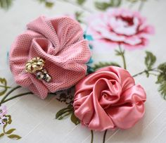Wonderful Ribbon Embroidery Flowers by Hand Ideas. Enchanting Ribbon Embroidery Flowers by Hand Ideas. Origami Flowers Tutorial, Fabric Flower Tutorial, Origami Instructions, Easy Fabric Flowers, Diy Flowers, Fabric Roses, Flower Fabric, Shabby Chic Flowers, Crocheted Flowers