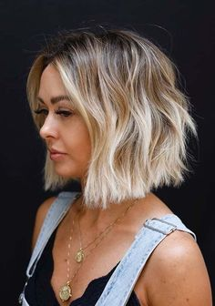 curly bob haircuts In this post of content we are going to show off you here unique styles of soft blunt bob haircuts worn by the modern ladies nowadays. Blunt bob haircut style can Bob Hairstyles For Thick, Bob Hairstyles For Fine Hair, Haircuts For Fine Hair, Haircut For Thick Hair, My Hairstyle, Blonde Bob Haircut, Blunt Blonde Bob, Blonde Highlights Bob Haircut, Bobs For Fine Hair