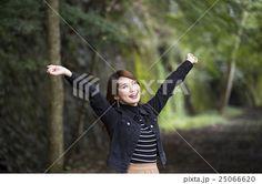 兵庫県武田尾廃線跡のハイキングコースで伸びをする笑顔の若い女性