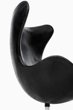 Rare and early egg chair model 3316 designed by Arne Jacobsen and produced by Fritz Hansen in Denmark